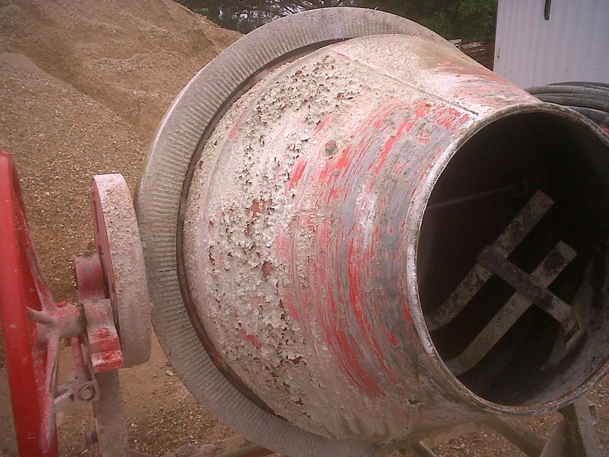 Come rimuovere il cemento dalla betoniera